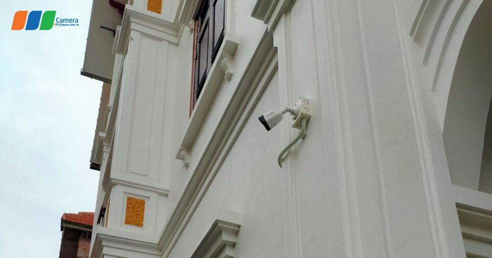 Hình ảnh camera được lắp đặt ngoài trời, đi kèm ống ruột gà và hộp kỹ thuật chống mưa nắng
